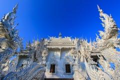 公开白色寺庙有蓝天背景 免版税库存照片