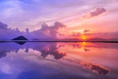 公开货物轮渡,坚尼地城,香港:拍的日落照片少数个最佳的地方之一与反射 免版税库存照片