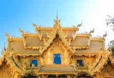 公开金黄寺庙有蓝天背景 库存图片