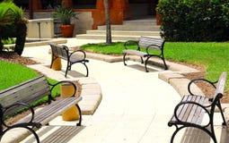 公开长凳葡萄酒样式为在公园放松 库存图片