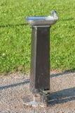 公开饮用水轻拍在公园 免版税库存照片