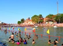 公开浴许多汇聚在伟大的kumbh mela的, Ujjain,印度kshipra河 免版税图库摄影