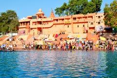 公开浴许多汇聚在伟大的kumbh mela的, Ujjain,印度kshipra河 库存图片