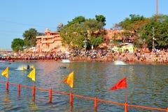 公开浴许多汇聚在伟大的kumbh mela的, Ujjain,印度kshipra河 图库摄影