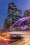 公开skywalk在曼谷市区广场晚上在企业区域 免版税库存照片