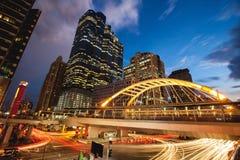 公开skywalk在曼谷市区广场晚上 免版税库存图片