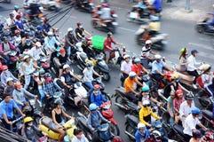 公民乘驾摩托车在高峰时间。SAI GON,越南3月27日 库存照片