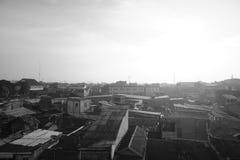 公民回家与在黑&白色的日出 中央雅加达,印度尼西亚 免版税库存照片