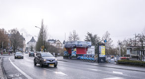 公民在事务独自地去外面,移动的汽车 免版税图库摄影