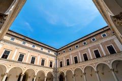 公爵的宫殿庭院在乌尔比诺,意大利 免版税库存照片