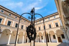 公爵的宫殿庭院在乌尔比诺,意大利 图库摄影