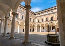 公爵的宫殿庭院在乌尔比诺,意大利 免版税图库摄影