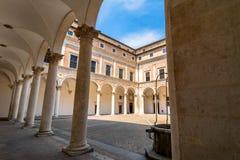 公爵的宫殿庭院在乌尔比诺,意大利 库存图片