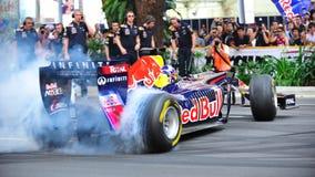 公牛烧坏汽车执行f1赛跑的红色的大卫 库存图片
