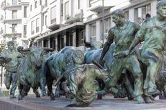 公牛连续纪念碑雕象在潘普洛纳,西班牙 库存照片