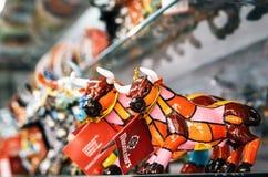 公牛马赛克小雕象在Gaudi样式的 在纪念品店的西班牙传统礼物 免版税库存照片