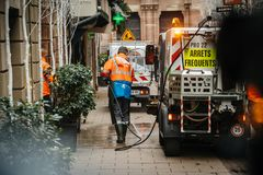 公益sweeper van cleaning在Strasbou以后的血液踪影 免版税库存照片