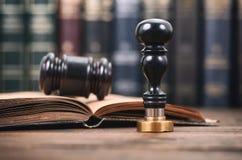 公证员封印和法官惊堂木在木背景 库存照片