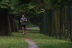 公赛跑者连续城市公园 库存图片