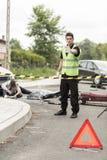 公路事故场面的警察 库存图片