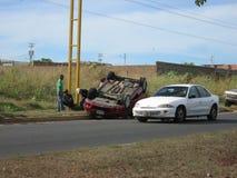 公路事故,被翻转的汽车 免版税库存图片