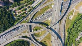 公路交叉点和汽车通行在夏日 跨线桥 空中自上而下的看法 股票视频