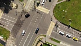 公路交叉点时间间隔鸟瞰图在有汽车的城市 交叉点在小镇里 股票视频