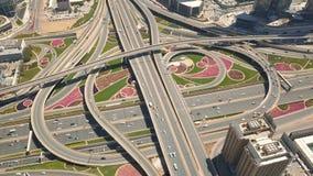 公路交叉点鸟瞰图在迪拜 股票录像