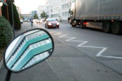 公路交通在一个工业区 免版税库存照片
