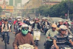 公路交通拥挤了与摩托车和滑行车司机 免版税库存图片