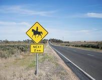 公路交通标志、马和车手 免版税图库摄影