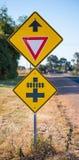 公路交通标志,让路并且训练横穿 免版税图库摄影