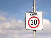 公路交通标志30 km/h 库存照片