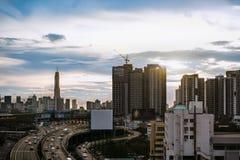 公路交通运输和城市在暮色sunr的曼谷 免版税库存图片