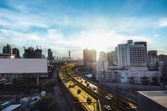 公路交通运输和城市在暮色sunr的曼谷 库存图片