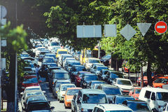 公路交通,在城市道路的壅塞 有高装载的一辆汽车 都市基础设施的问题 免版税库存图片