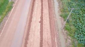 公路牵引车,在路修理站点的路辗 修路设备 股票视频