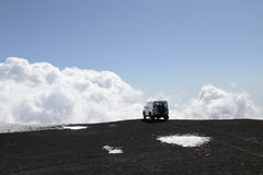 公路车辆火山的etna mt 免版税库存图片