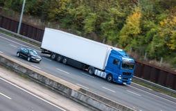 公路运输-在机动车路的卡车 库存图片