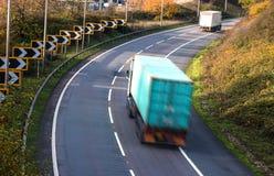 公路运输-在行动的卡车 库存图片