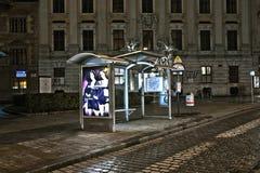 公车候车厅在夜之前在维也纳,奥地利 库存图片