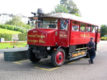 公车运送乘客稍兵蒸汽 免版税库存照片