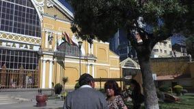 公车运送到来对中央汽车站,拉巴斯,玻利维亚 影视素材