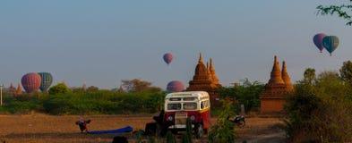 公车运送塔Stupa和在Bagan的热空气气球 免版税库存照片