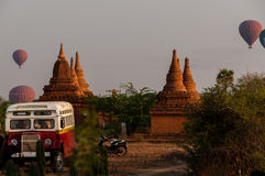 公车运送塔Stupa和在Bagan的热空气气球 库存图片