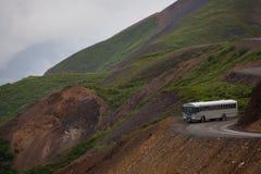 公车运送峭壁denali国家最近的公园 图库摄影