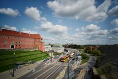 公车运送并且训练移动通过华沙波兰的交通 免版税库存图片