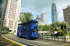 公车运送旅行在香港海岛一条中央街道  免版税库存图片