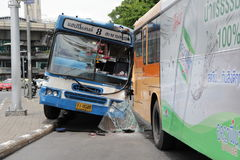 公车运送没有 8偶然地碰撞到其他公共汽车公共汽车在胜利纪念碑曼谷泰国 库存图片