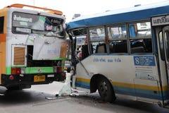 公车运送没有 8偶然地碰撞到其他公共汽车公共汽车在胜利纪念碑曼谷泰国 免版税库存照片